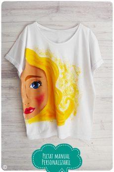 tricou dama pictat manual cu fata cu parul blond
