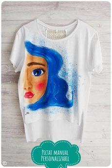 tricou dama pictat manual cu fata cu parul albastru
